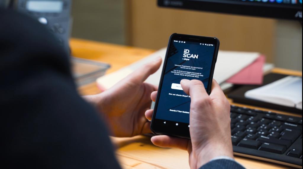 Immagine di scanner documenti hotel per hotel che permette di leggere documenti d'identità elettronici e passaporti attraverso applicazione iD Scan