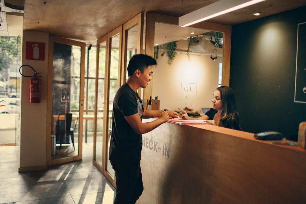 Un ospite effettua un check in presso la reception dell'hotel